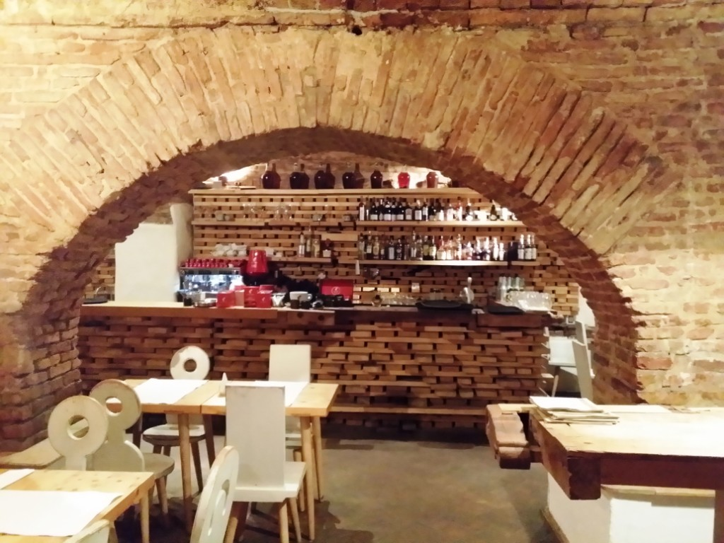 Lacrimi si Sfinti – restaurantul lui Mircea Dinescu in Centrul Vechi